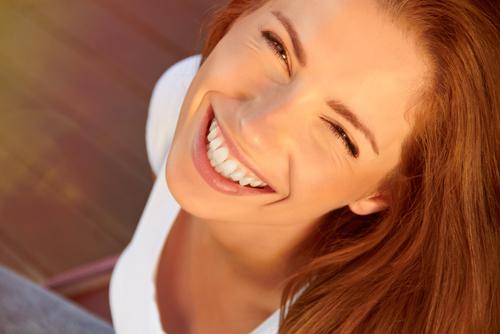 Glückliche Frau nach einer Wurzelkanalbehandlung